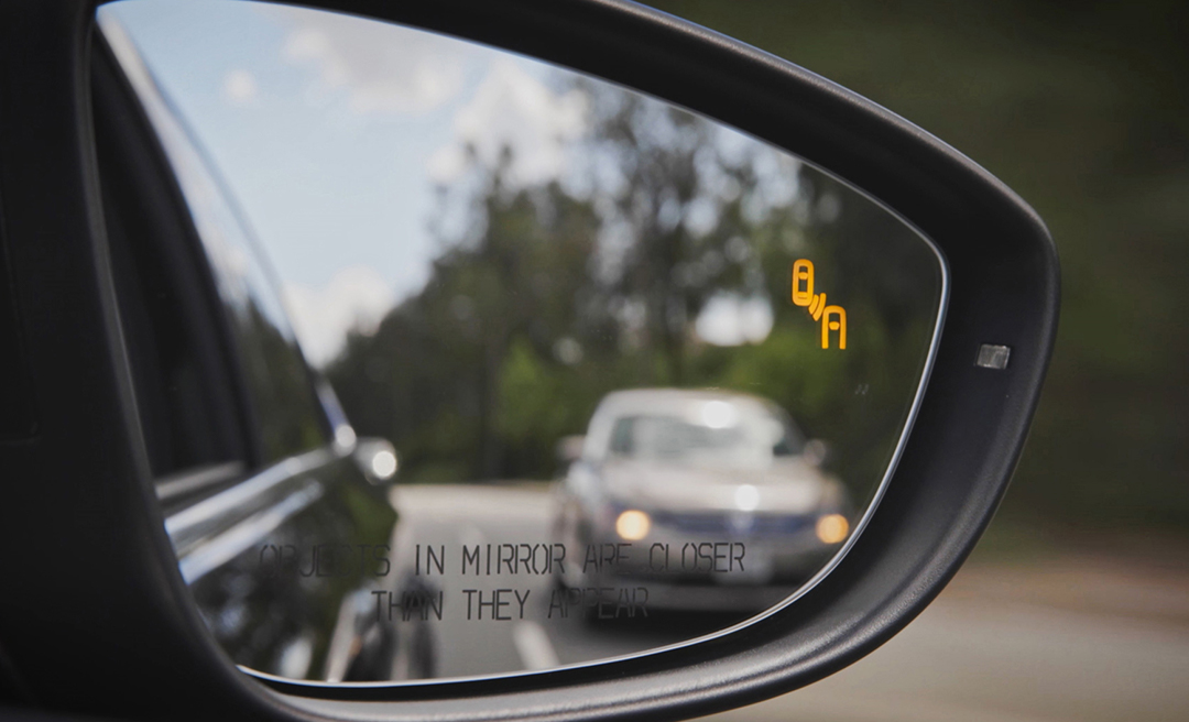 Blind Spot Monitor shows car advancing from behind