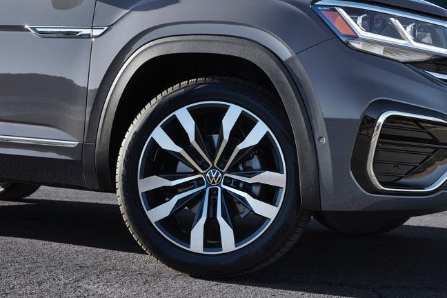 "The available 21"" wheels of the Atlas Cross Sport."